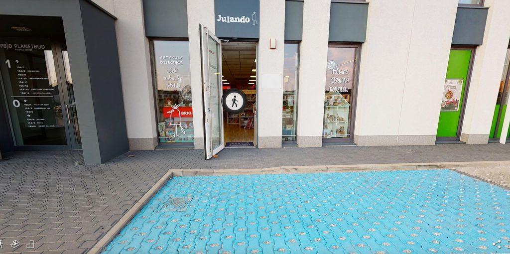 sklep Julando - miejsce parkingowe / wejście