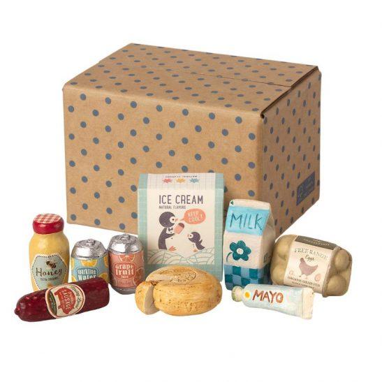 kartonowe pudełko z zakupami